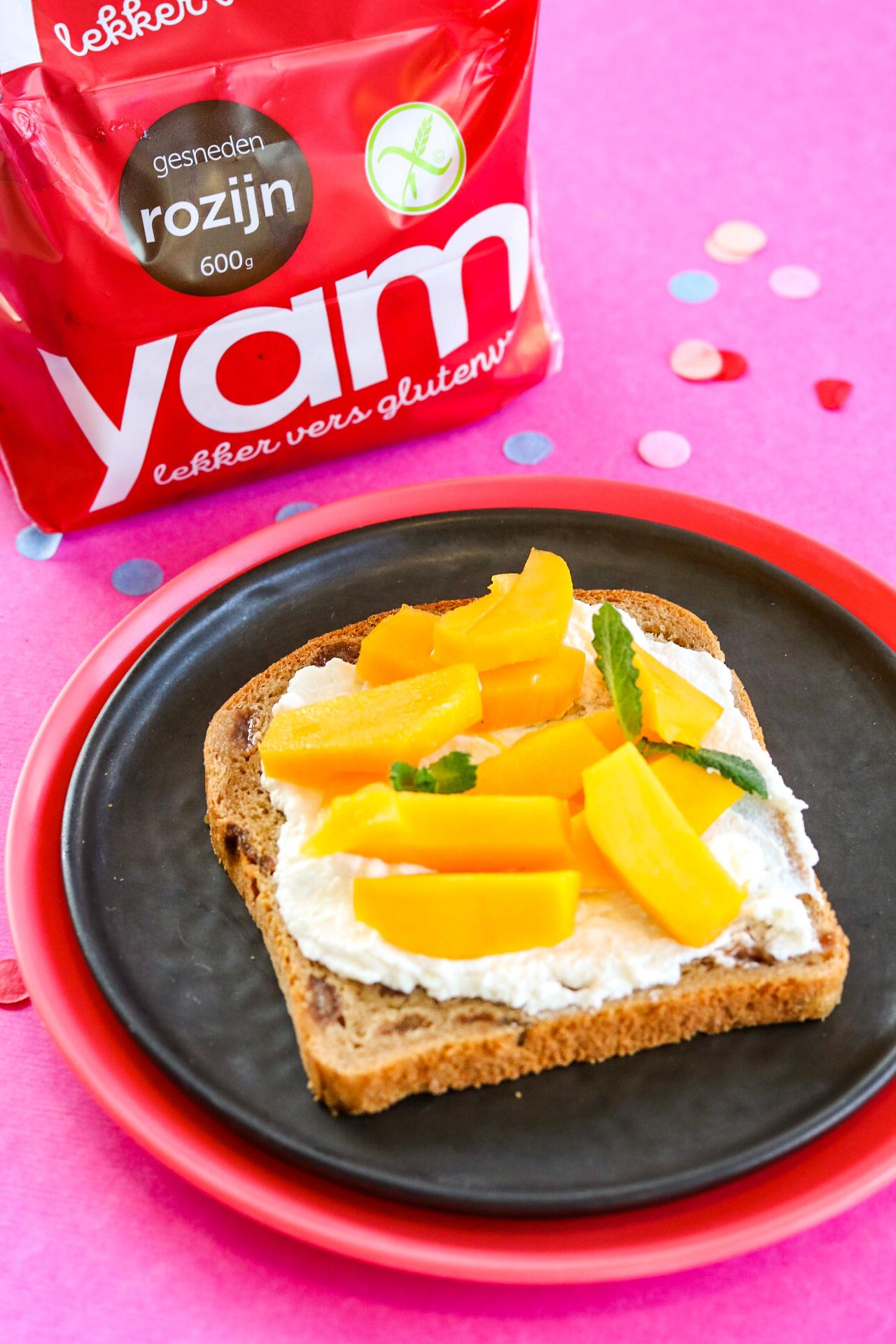 Glutenvrije YAM rozijnenboterham met mango en rictotta
