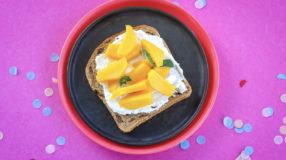 YAM rozijnenbroodje met mango en ricotta